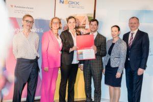Die RMA Gesundheit GmbH, vertreten durch Johannes Oberndorfer und Fabienne Trattner, erhielt als neues Mitglied der ÖPGK eine Urkunde.