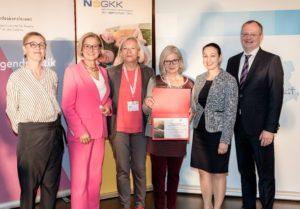 Die Akademie für Fortbildungen und Sonderausbildungen am Allgemeinen Krankenhaus der Stadt Wien, vertreten durch Elfriede Kepte und Helga Schneider, erhielt als neues Mitglied der ÖPGK eine Urkunde.