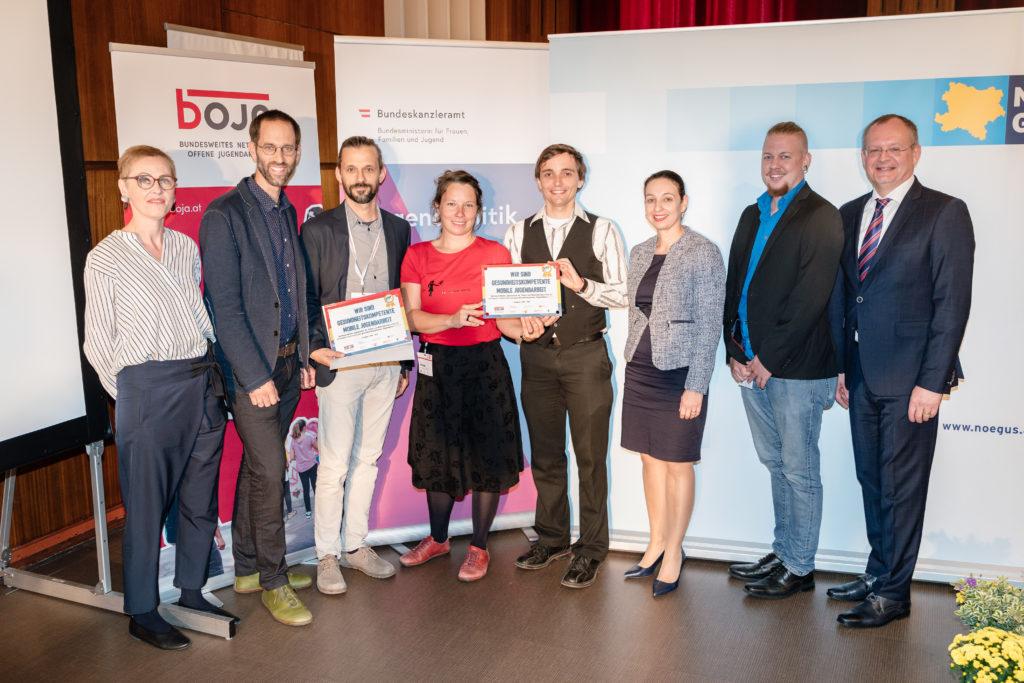"""Verleihung der Plakette und Urkunde """"Gesundheitskompetente Offene Jugendarbeit"""" an Nordrand Mobile Jugendarbeit St. Pölten und Böheimkirchen"""