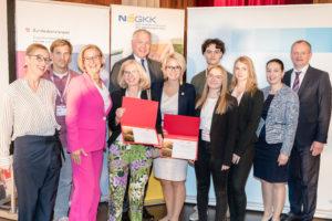 Der NÖ Gesundheits- und Sozialfonds, vertreten durch Alexandra Pernsteiner-Kappl, erhielt als neues Mitglied der ÖPGK eine Urkunde. Eine Ehrenurkunde gab es auch für die Schülerinnen und Schüler des BG/BRG St. Pölten für die Initiative #ichbingeko.