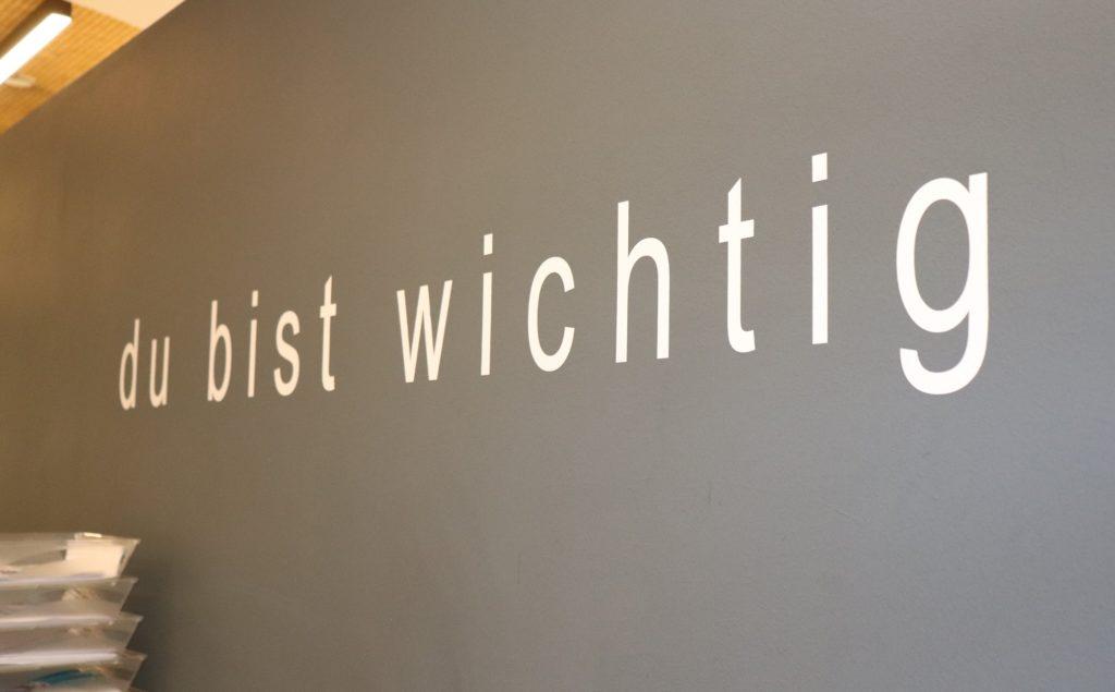 """Slogan des neunerhaus """"du bist wichtig"""" als Wanddekoration"""