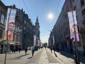 Straße in Graz mit zwei Fahnen von Gesundheitsfonds Steiermark